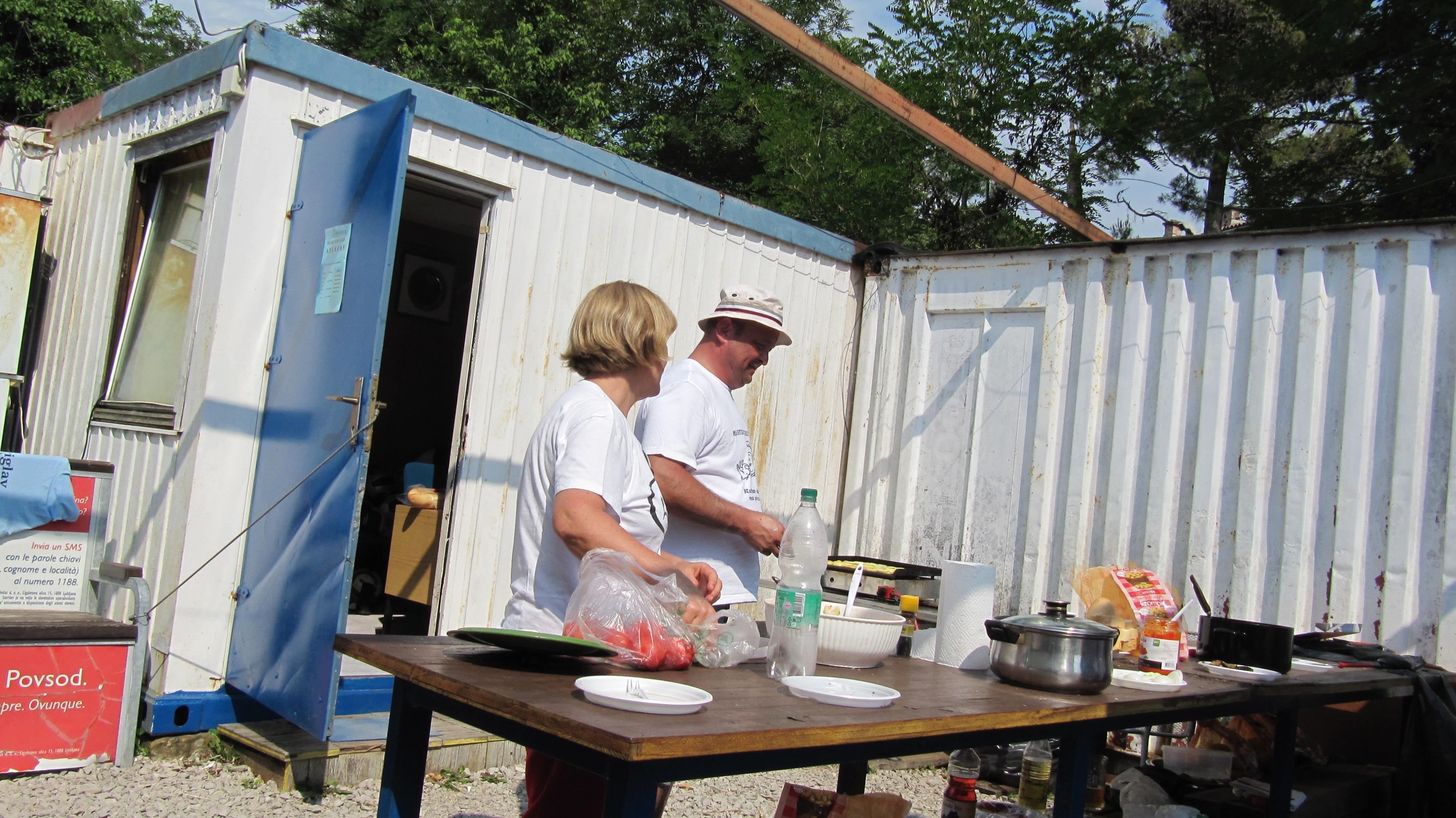 Sonja je pridno pomagala roštiljđiji