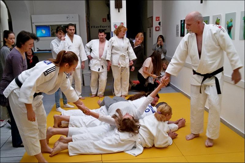 Trening je namenjen kot svečanost skupine prijateljev oblečenih v kimone, ki so na trening prišli ne kot bolniki, ampak športniki, ki bodo z marljivim delom napredovali;