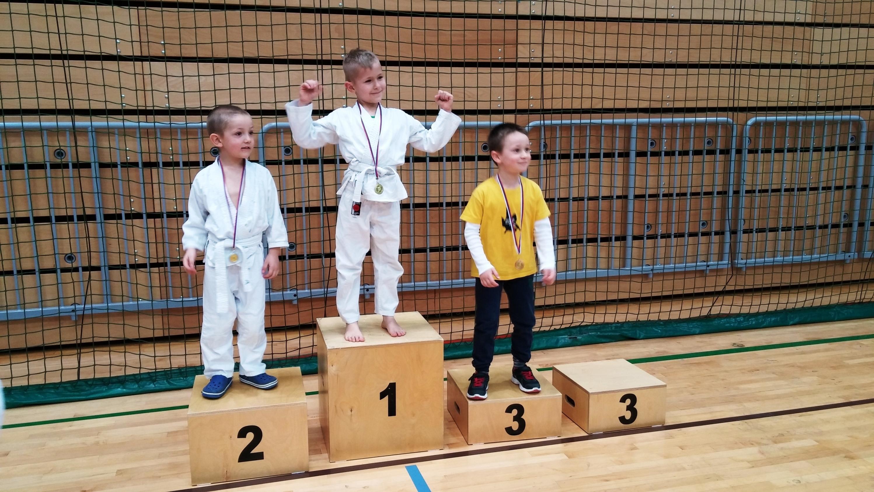 Nik in Luka Aleksander na odru za zmagovalce