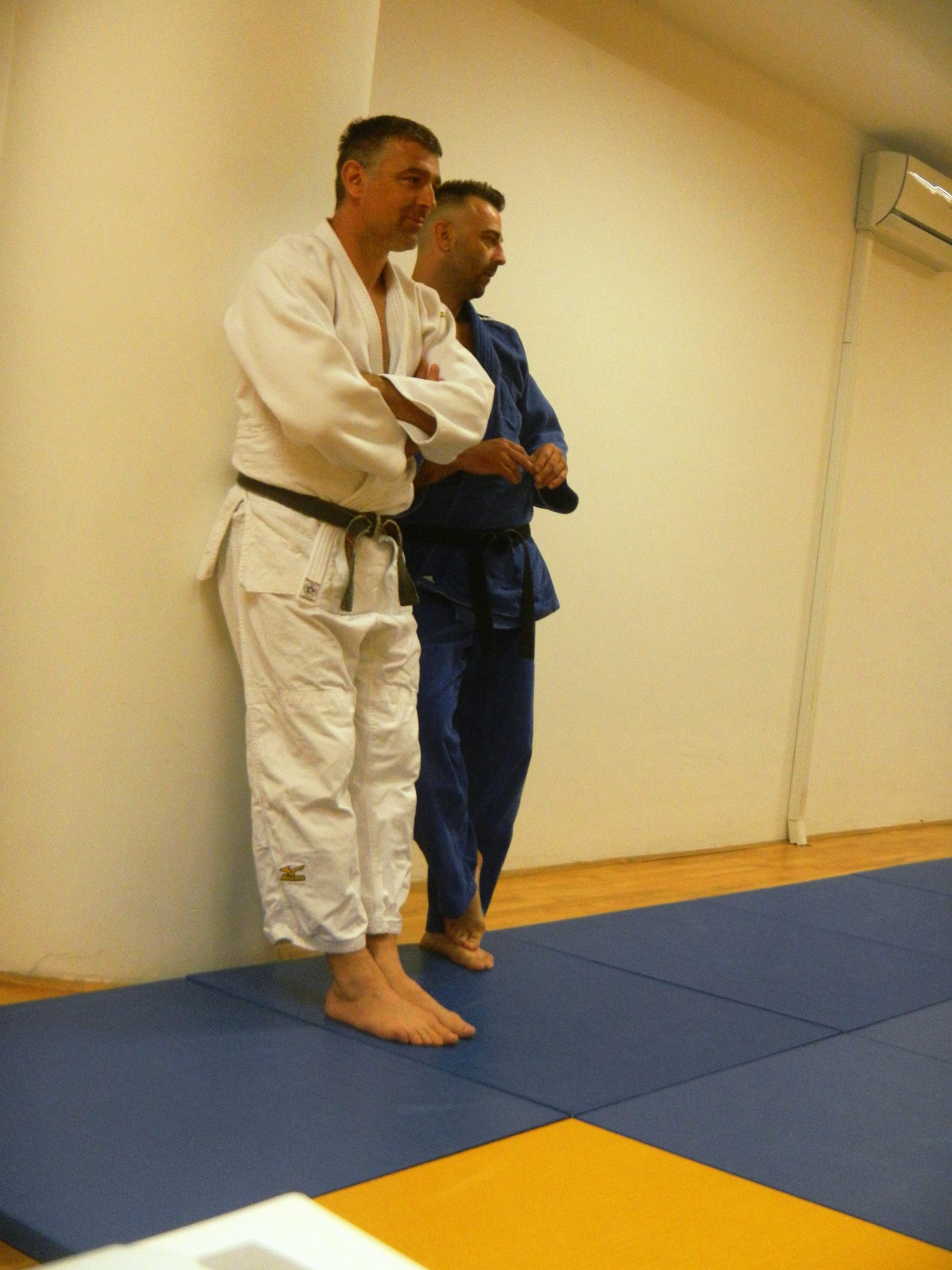 Jadran in Gregor PLAZNIK opazujeta kako njihovi varovanci opravljajo praktični del izpita